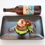 Duett vom Rind und der Riesencrevette mit Himbeerstaub auf einem Kartoffelstock mit Bärlauch Pesto und Erbsen an einem Pfeffer-Portweinjus, Bier: Tropicale IPA